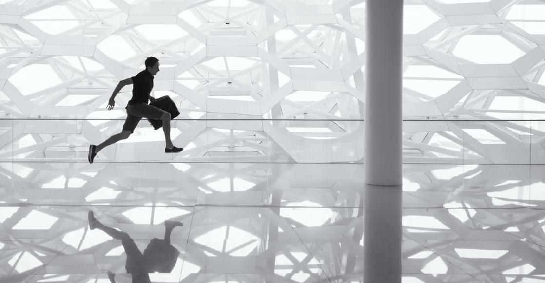 Hombre corriendo por pasillo arquitectura