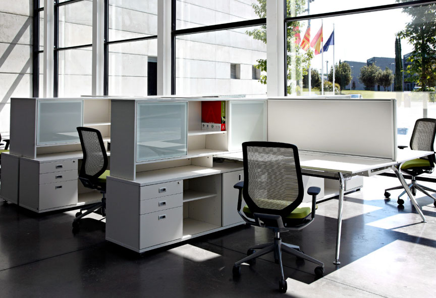 sillas de oficina separadas por armarios
