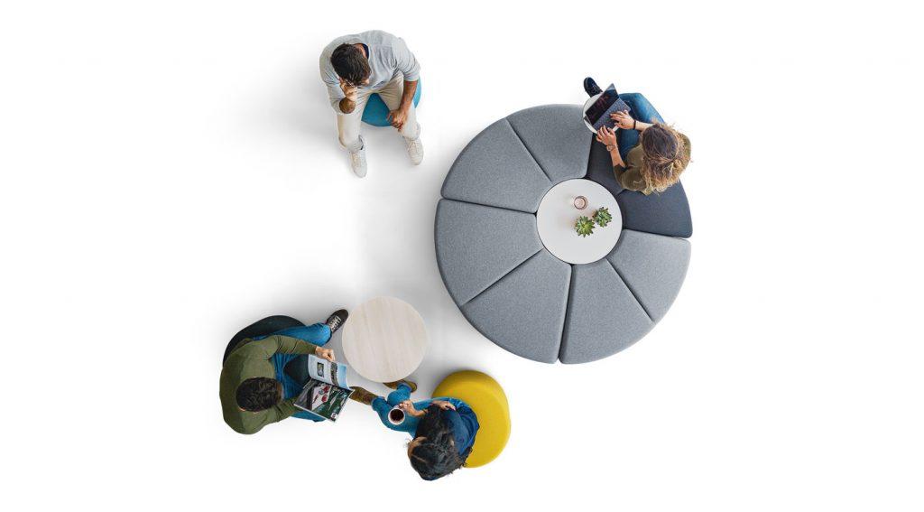 Ambiente para trabajo en equipo con asientos modulares