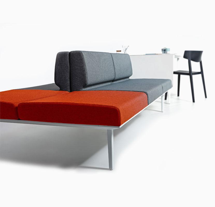 Conjunto Longo con mesas y asientos