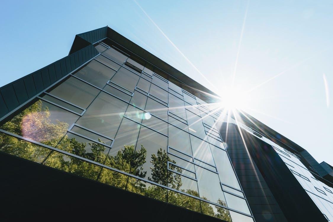 Edificio acristalado luz natural