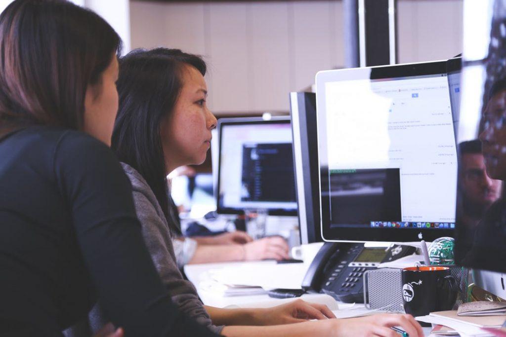 Personas trabajando con ordenador