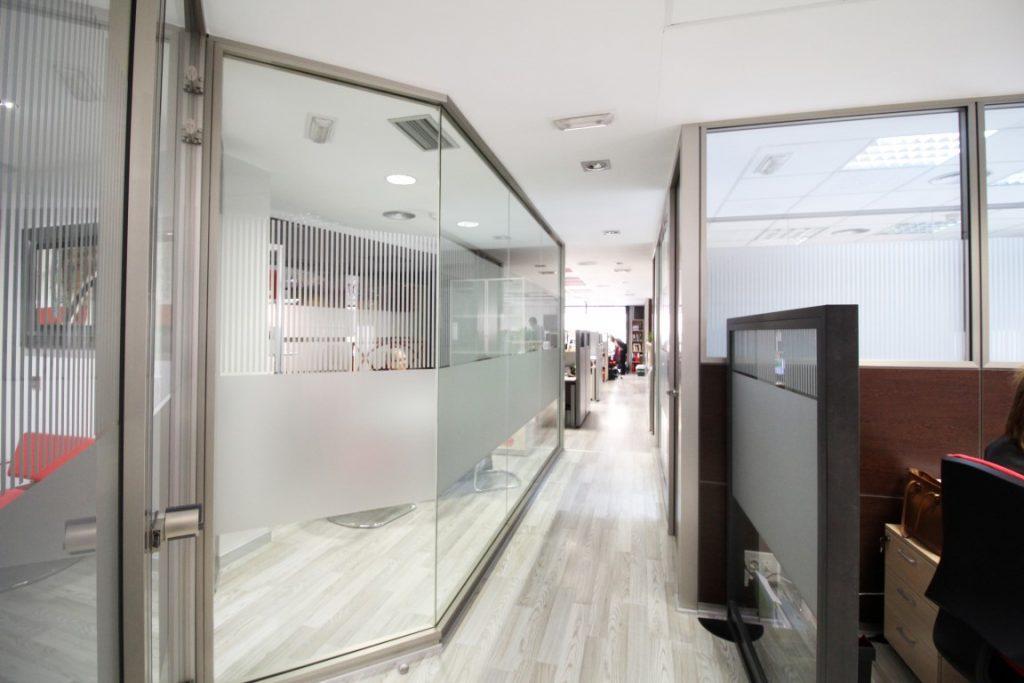 Separacion oficina con mamparas oficines muebles de for Material de oficina valencia