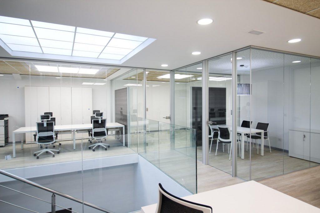 Salas de oficinas rodeadas de mamparas