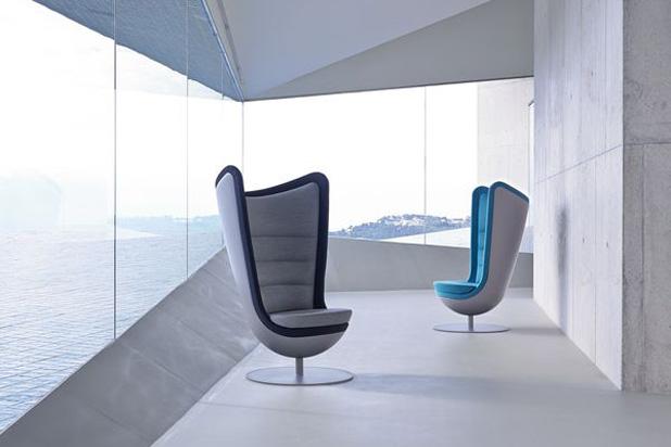 Dos sillones Actiu frente una panorámica al mar