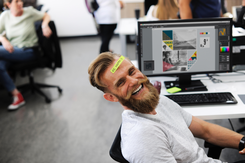 Chico en la oficina contento