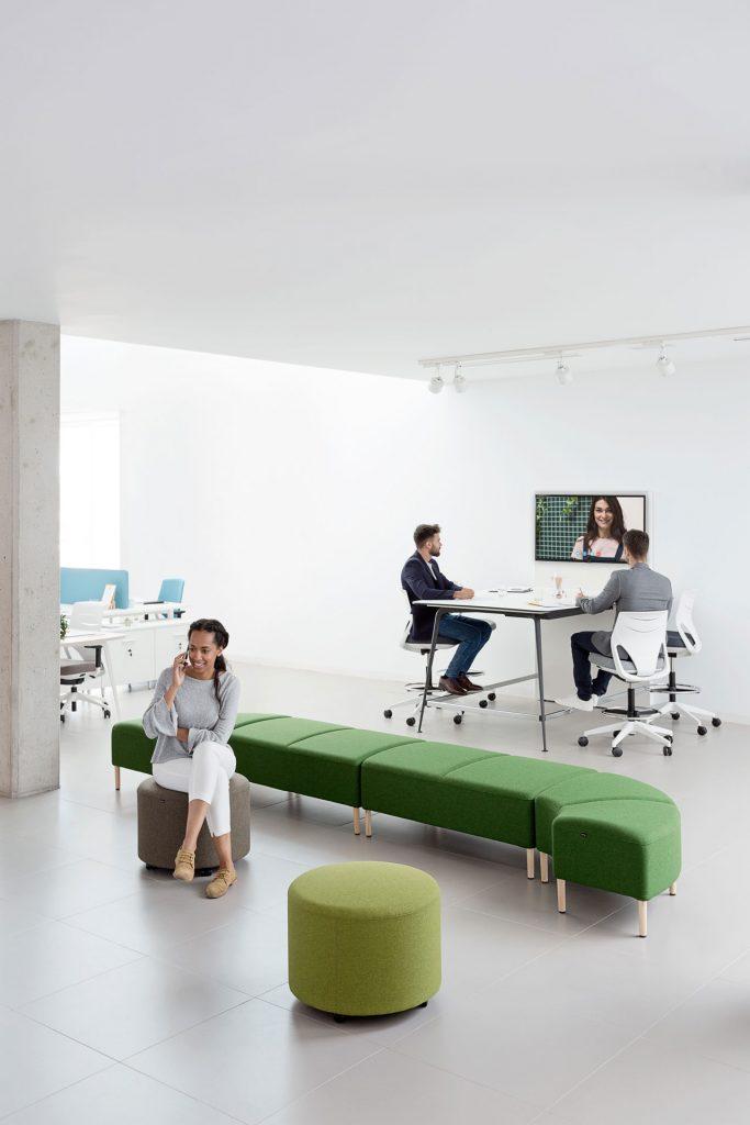 Espacio común con puesto de trabajo colaborativo