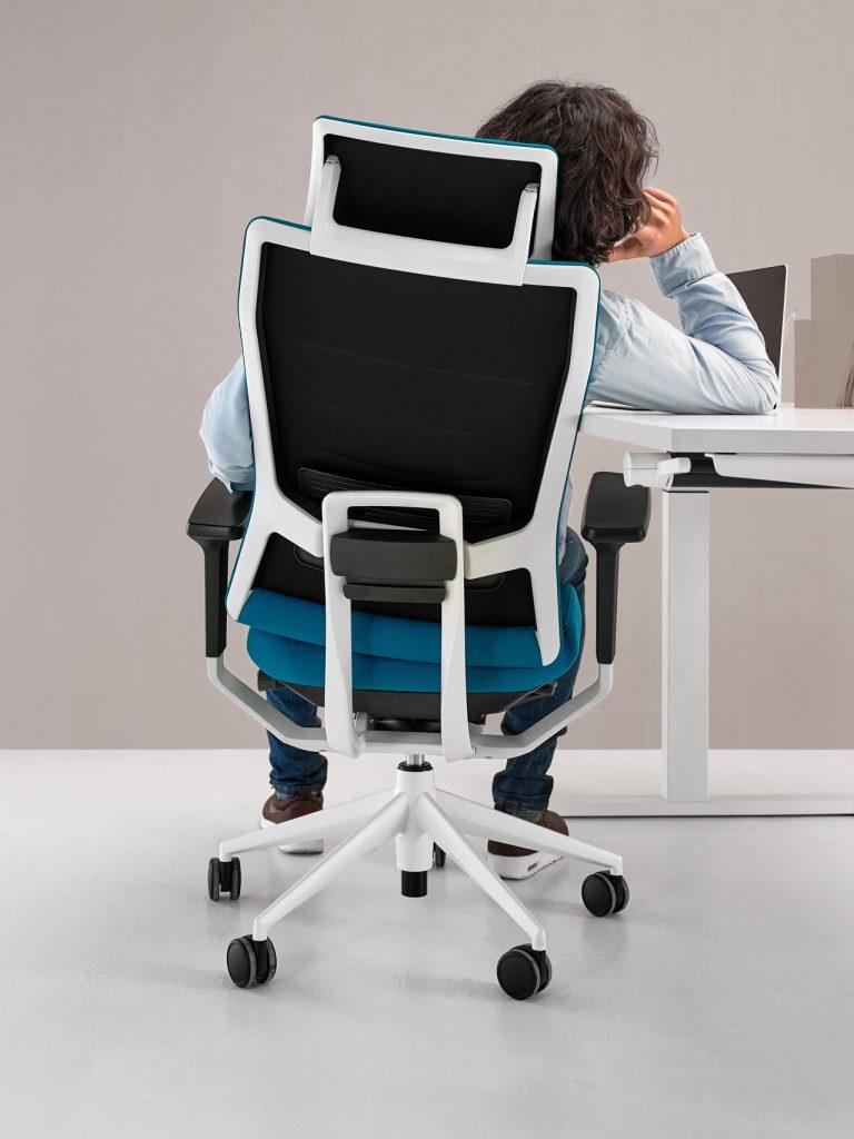 Hombre sentado en silla de oficina